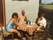 Scan13461 TOVE, CARSTEN OG TRINE VED SOMMERHUSET 28-05-89
